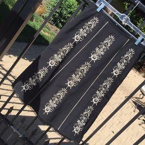 Sz M black lace hem cream floral embroidered skirt